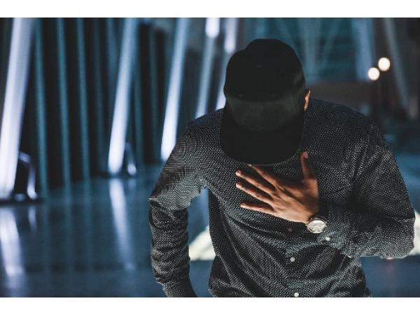 Как да освежим едно черно облекло при мъжете?